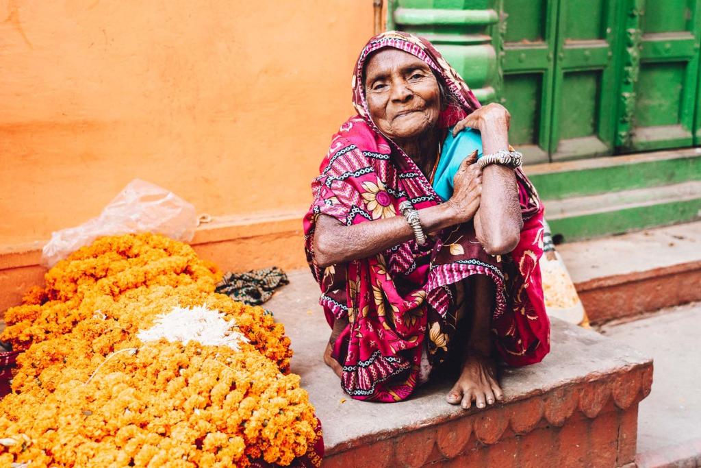 vrouw op markt Varanasi