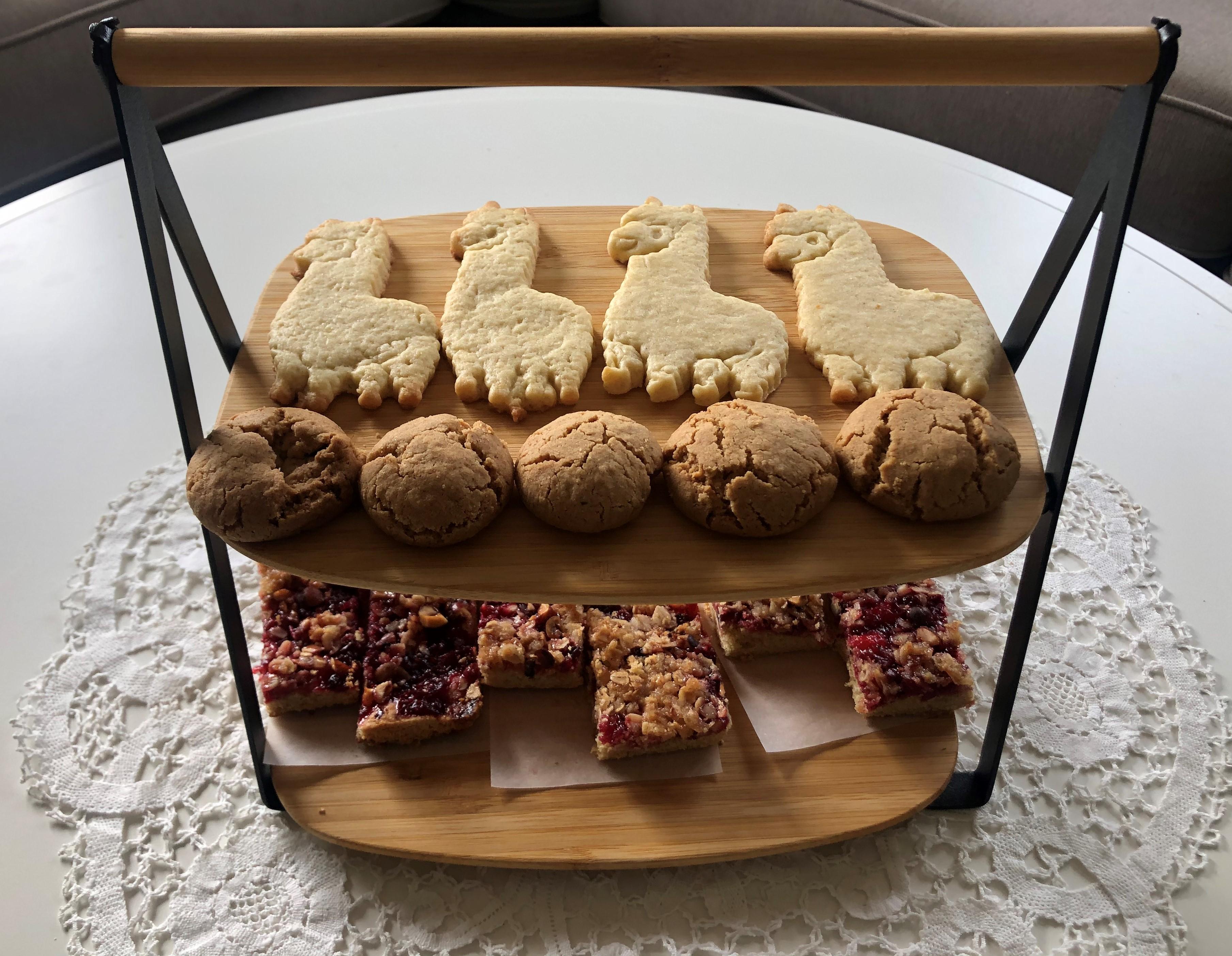 Till kaffet i alpackahagen serveras hemgjord kaka