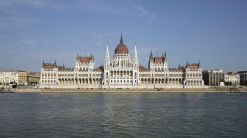 bild3-1200px-HUN-2015-Budapest-Hungarian_Parliament_(Budapest)_2015-01-wikipediaAndrewShiva