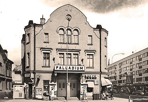 Den numer rivna Palladiumbiografen i Karlstad. Ritad av Carl Crispin.