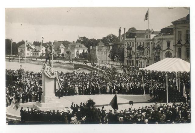 Välbesökt invigning av Karl IX staty år 1929.