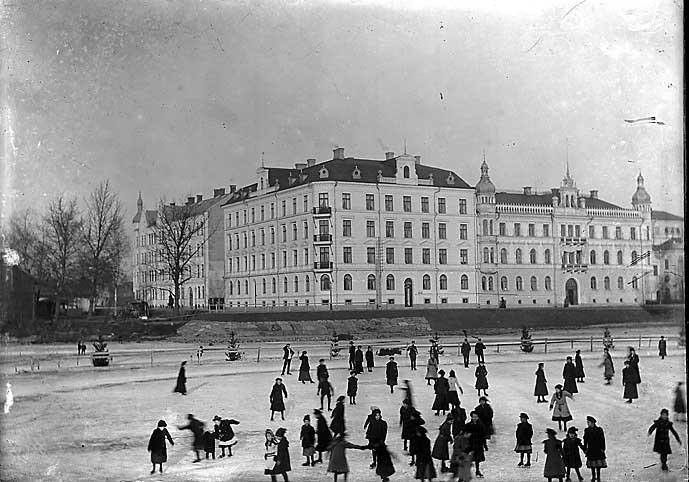 Allmänhetens åkning på Klarälven mitt i Karlstad ca år 1915