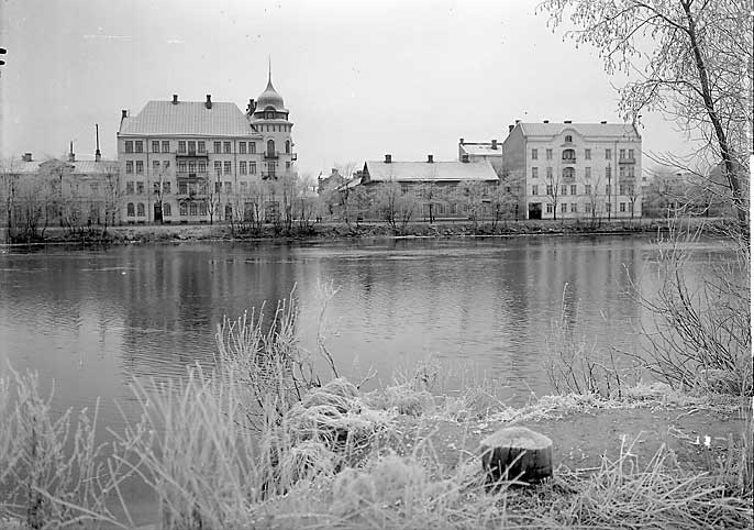 Sandbäcksgatan nr 5, 7 och 9. Med Nils Ferlins barndomshem i mitten