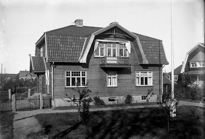 Första Villagatan 2, Villa Elfsjö, en av många vackra villor på Strand