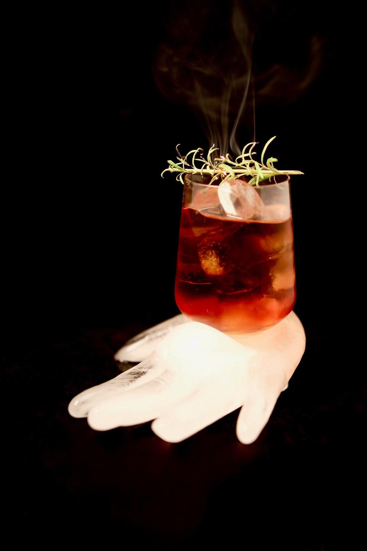 Mezcal negroni med infuserad rosmarin - fredagsdrinken