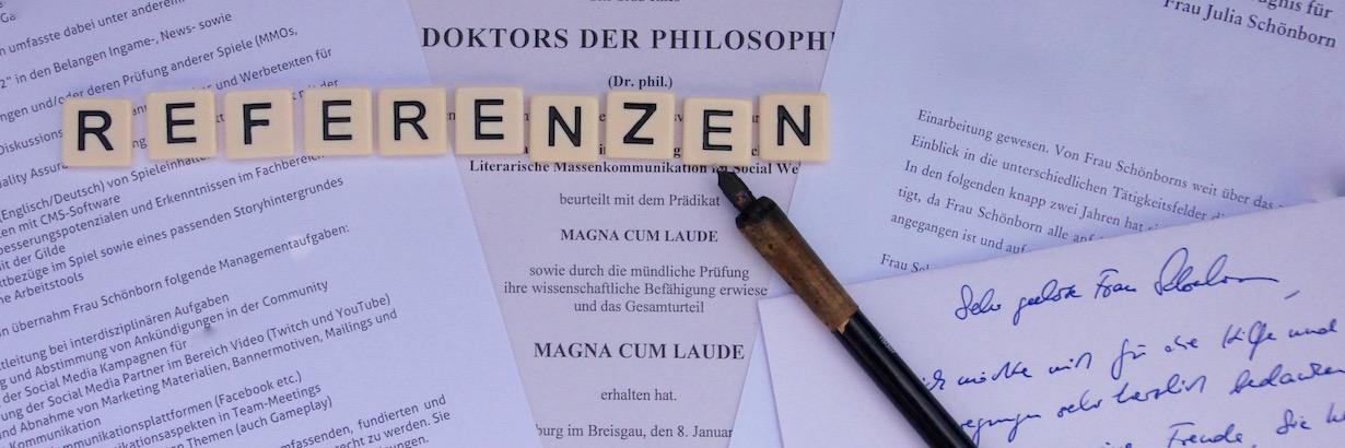 """Auf diesem Bild sind Zeugnisse und Referenzschreiben zu erkennen. Ein alter Füllfederhalter liegt auf den Zeugnissen. Die Buchstaben bilden den Schriftzug """"Referenzen""""."""