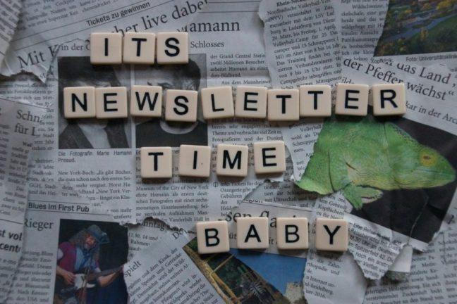 """Hier sind Zeitungsartikel zu sehen, die über einander liegen. Die darauf gelegten Buchstaben bilden die Worte """"Its Newsletter time, baby"""""""