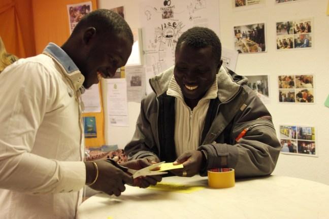 Hier ist Yahya Sonko bei der Vorbereitung der Ausstellung zu sehen.