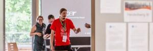 Foto von Valentim Bachem auf den Drupal Business and Community Days. hier ist ein Bild von mir vor einem Vortrag zu sehen. Gerade wird die Technik überprüft.