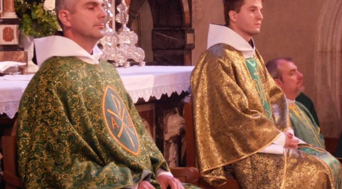 Dvojica novih svećenika u vrtu Karmela