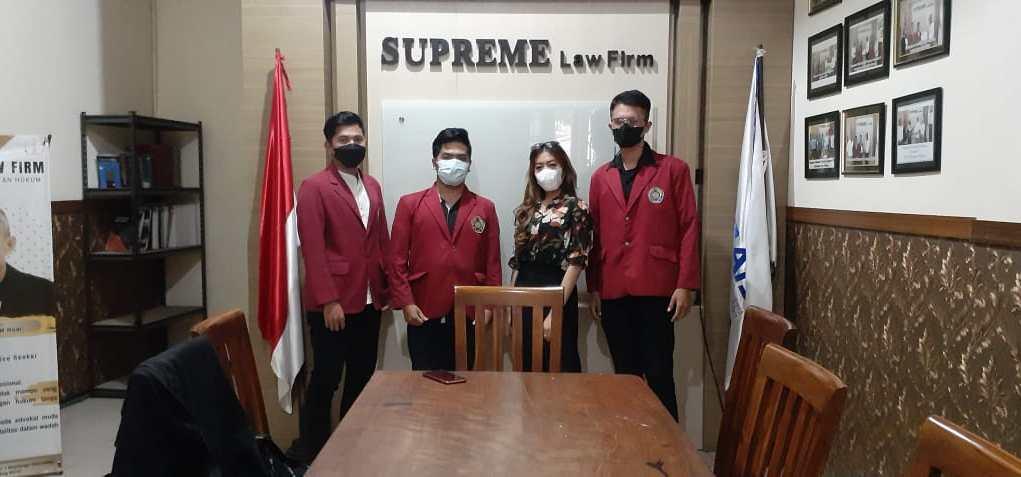 Kelompok 24 Magang HKI UMM melakukan foto bersama perwakilan salah satu firma hukum di Malang