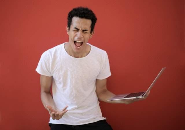 10 sposobów, abyś mniej nienawidził(a) spotkań: https://www.pexels.com/photo/young-ethnic-male-with-laptop-screaming-3799830/