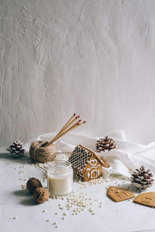 wzorce projektowe: https://www.pexels.com/photo/christmas-decors-on-winter-background-5791788/