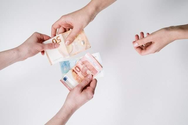 Jak obniżyć koszty oprogramowania: https://www.pexels.com/photo/person-holding-10-and-10-banknotes-3943726/