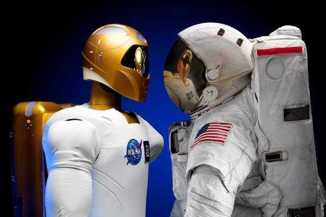 Przyszłość jest teraz: https://www.pexels.com/photo/flight-technology-tools-astronaut-39644/