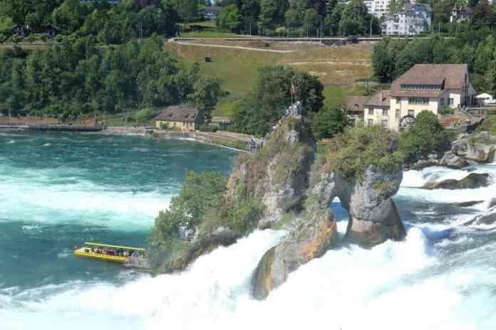 Rhein Falls flowing