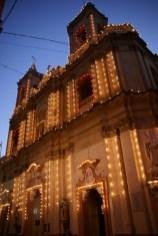 Die Kirche liegt in Valletta leider in einer etwas engeren Gasse, sodass sie schwer zu photographieren ist. Die ganze Woche aber schon mit Lämpchen geschmückt, sieht aus wie Weihnachtsbeleuchtung
