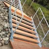 Stahltreppe mit Holzbeplankung
