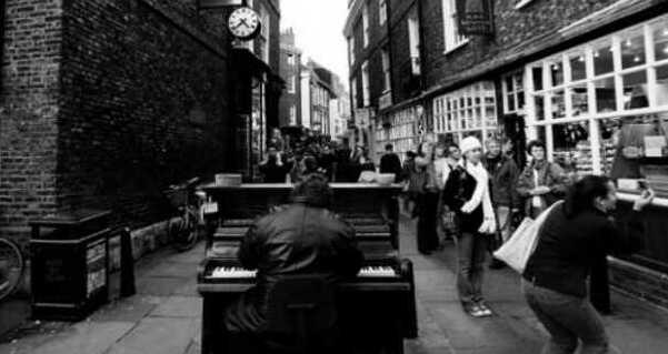 zongora az utcan