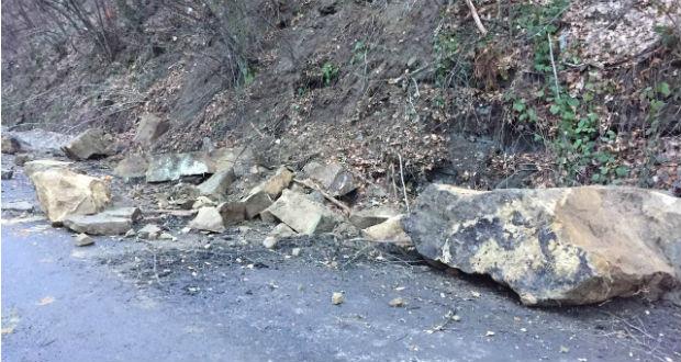 Sziklák szakadtak az úttestre a Técsői járásban