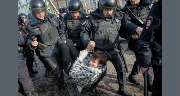 Az Európai Unió az őrizetbe vett tüntetők szabadon bocsátására sürgette Oroszországot