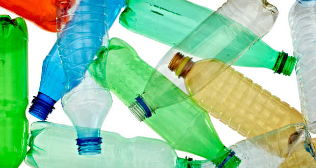 Hangelnyelő anyagot készítettek műanyag palackokból Szingapúrban