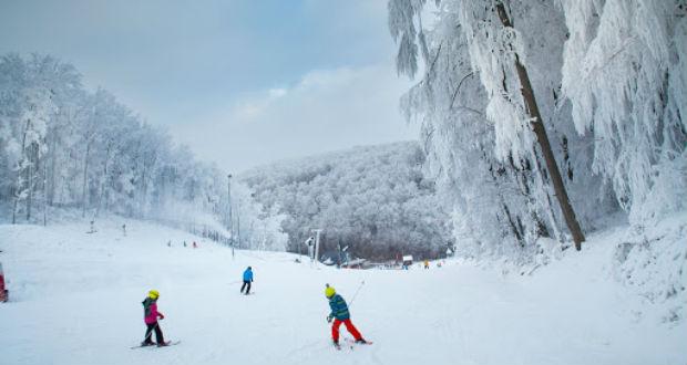 Friss hóval várják a síelőket Eplényben