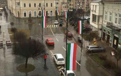 Ismét bírságolt a Kovászna megyei prefektus a március 15-én kitűzött magyar zászlók miatt