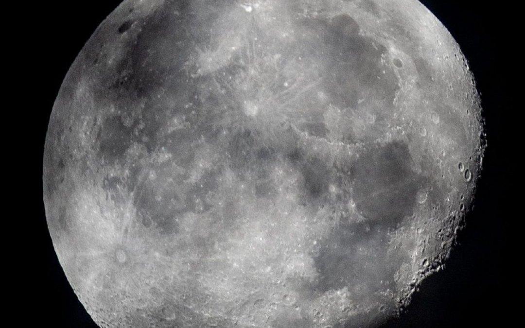 Vízjég formájában több milliárd tonnányi víz lehet a Holdon