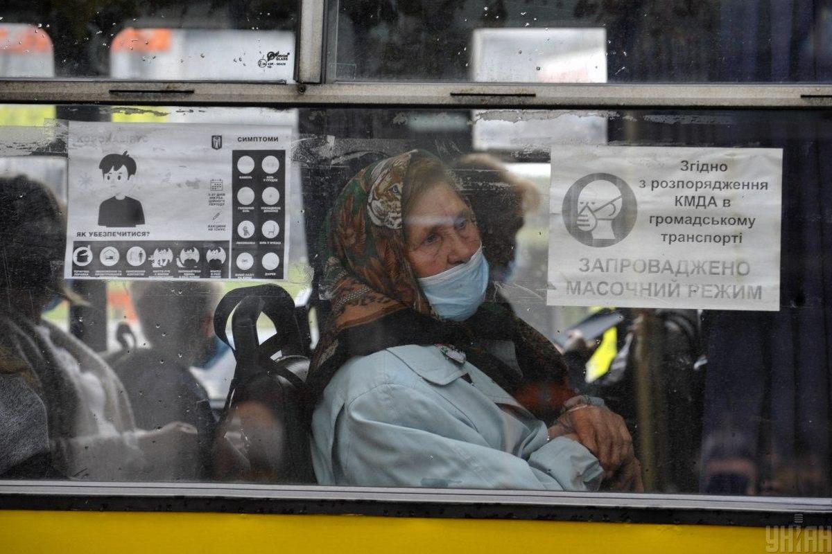 Ukrajna koronavírus néni maszk busz