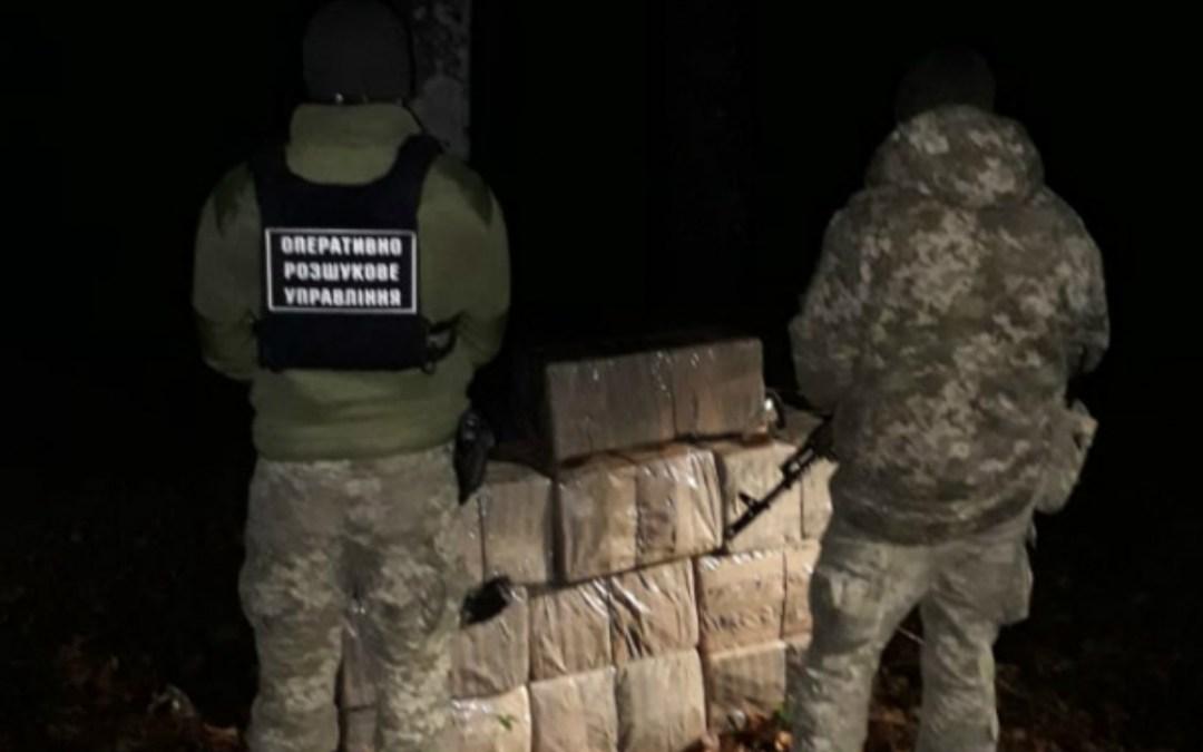 Közel 5000 doboz cigarettát hagytak hátra a csempészek az ukrán-román határon