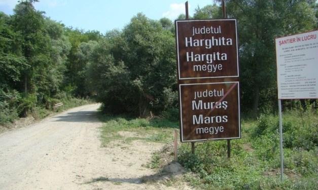 Kétnyelvű helységnévtáblákat állíttatott Hargita megye tanácsa Úzvölgye település határaiba