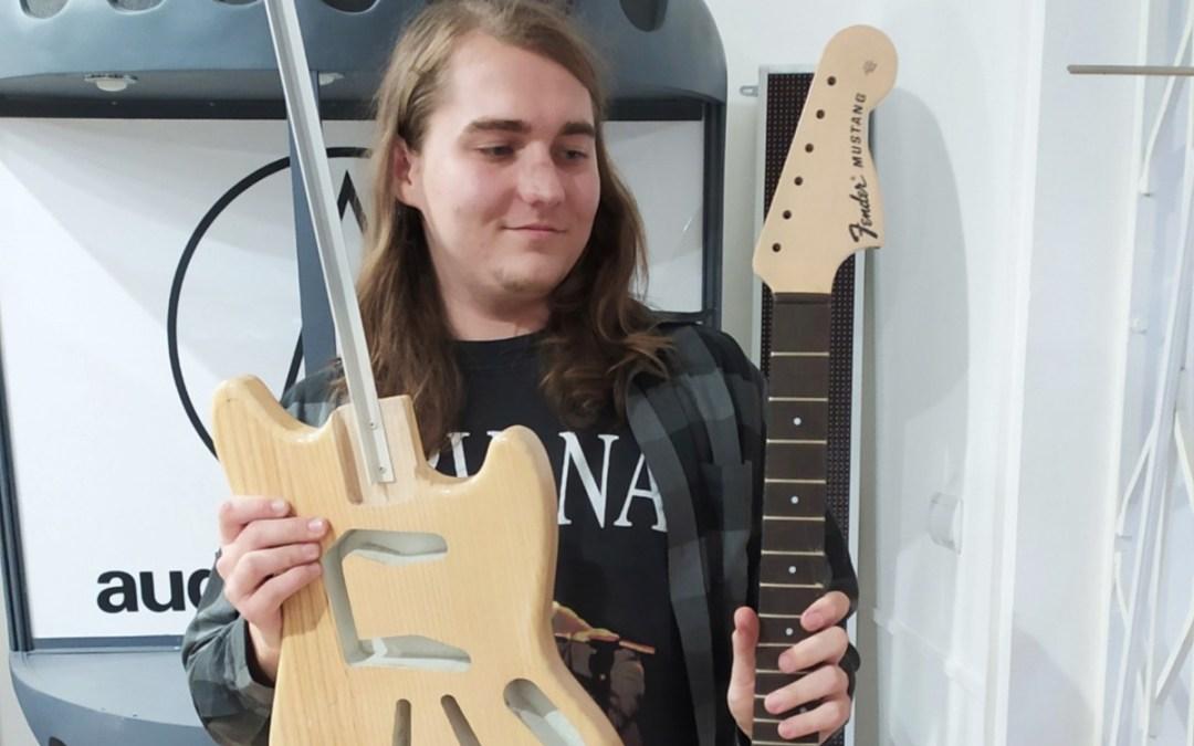 Felhangolva: Szabó Artúr gitáros, gitárjavító