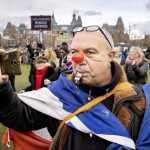 Vízágyúval oszlatták fel a tüntetőket Hollandiában