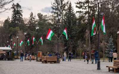 Ismét bírságot kapott Sepsiszentgyörgy polgármestere a március 15-re kitűzött zászlók miatt