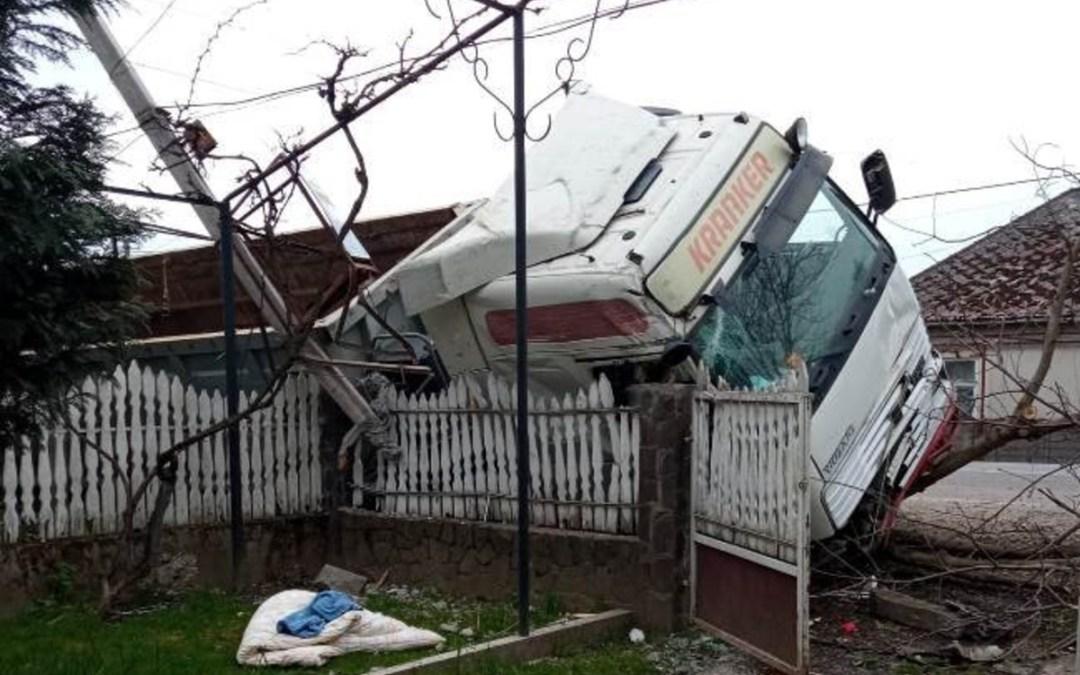 Lakóház kerítésének csapódott egy kamion Szőlősvégardóban