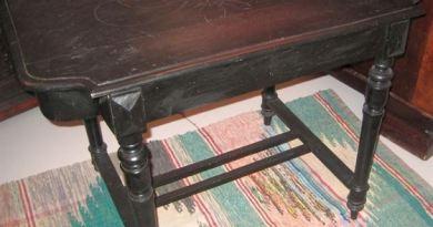 Стол с фигурными резными ножками