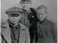 Снимок 20-х годов 20-го века. Детский дом. М. Михайлов слева в кепке