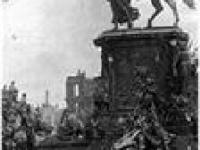 У памятника Бисмарку в 1945 году