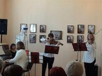 Звучит Венгерский танец в исполнении педагогов Карпинской детской школы искусств