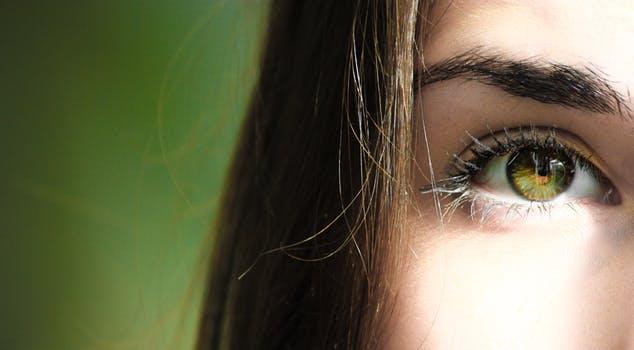 kvinna grön öga