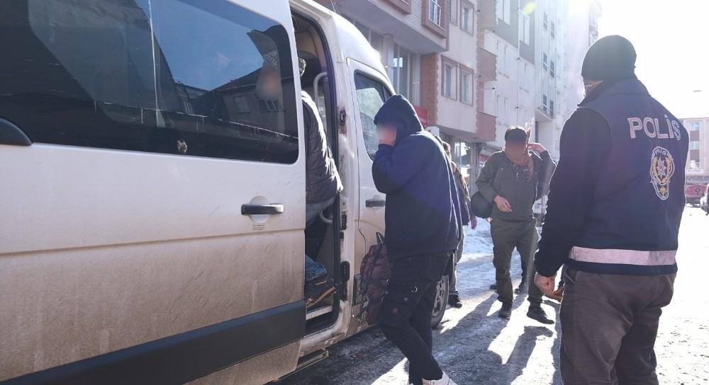 Kars'ta 52 Afganistan uyruklu düzensiz göçmen yakalandı