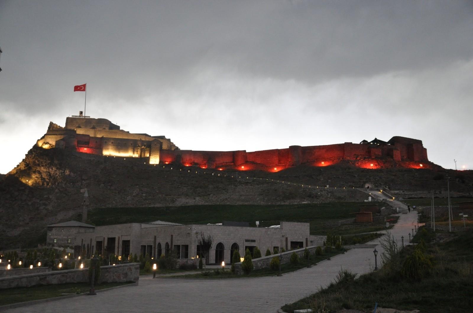 Kars Kalesi, DMD'li çocuklar için kırmızı ışıklandırıldı
