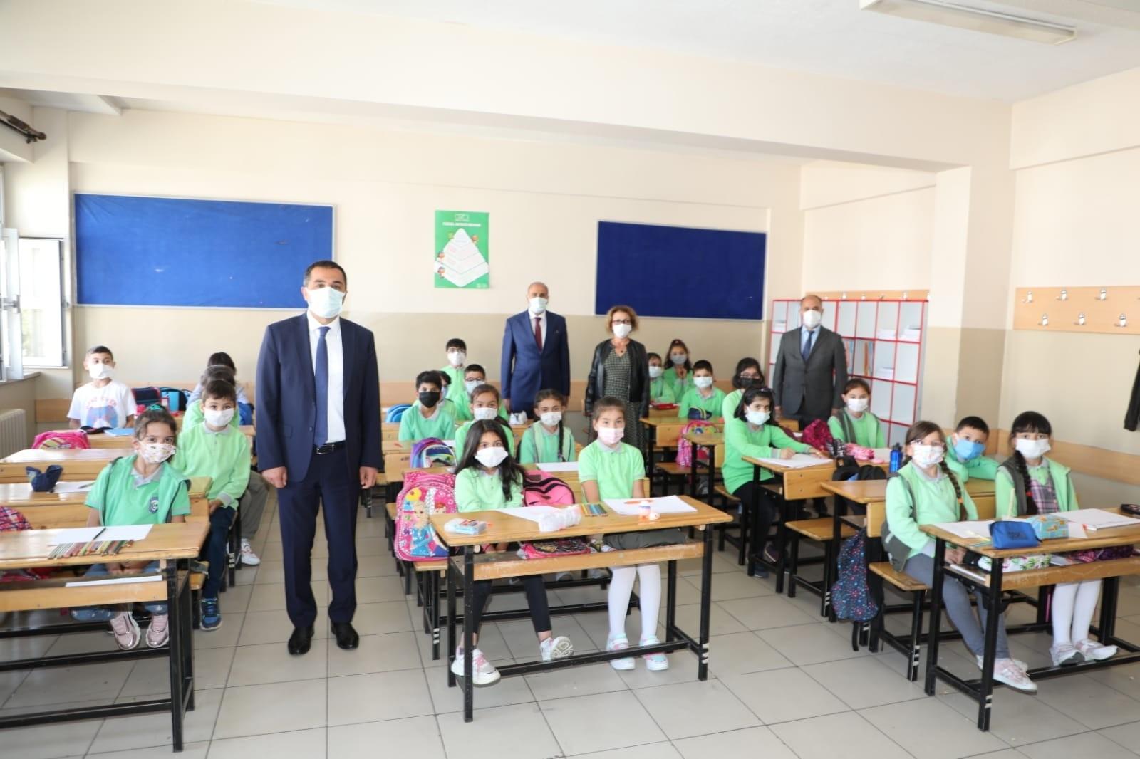 Vali Öksüz, okullarda incelemelerde bulundu