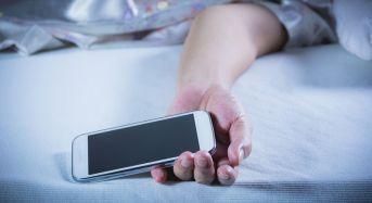ΠΡΟΣΟΧΗ: Κινητό δίπλα στο κρεβάτι: Ποια προβλήματα προκαλεί στον ύπνο