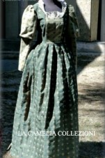 vestiti rinascimentali - vestiti stile 700 - vestiti in tessuto broccato - bicolore verde scuro e manica verde chiaro - la camelia collezioni