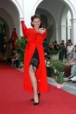 lingerie nera e vestaglia rossa