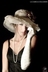 intimo d'epoca - corsetteria modellante - body modellante nero in pizzo con accessori in bianco - la camelia collezioni