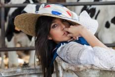 ragazze di campagna - cappello paglia con foulard fantasia blu / rosso