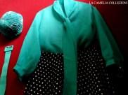 vestiti a pois - gonna a ruota nera con pois bianchi e camicia accessori verde - la camelia collezioni